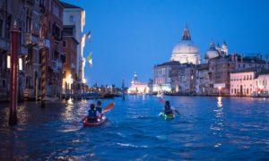 andare in kayak a venezia di notte