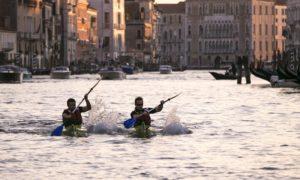 turisti che pagaiano in kayak a venezia