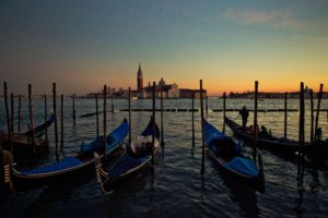venice.gondola.ride.night.online.jpg