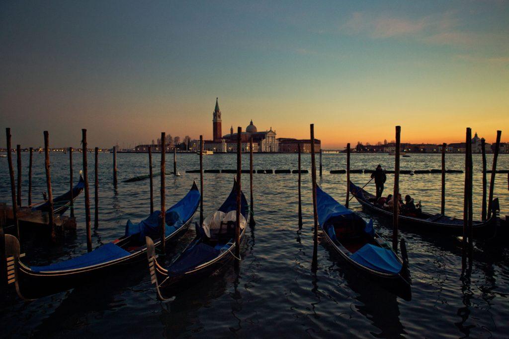 dawn.gondola.venice.jpg