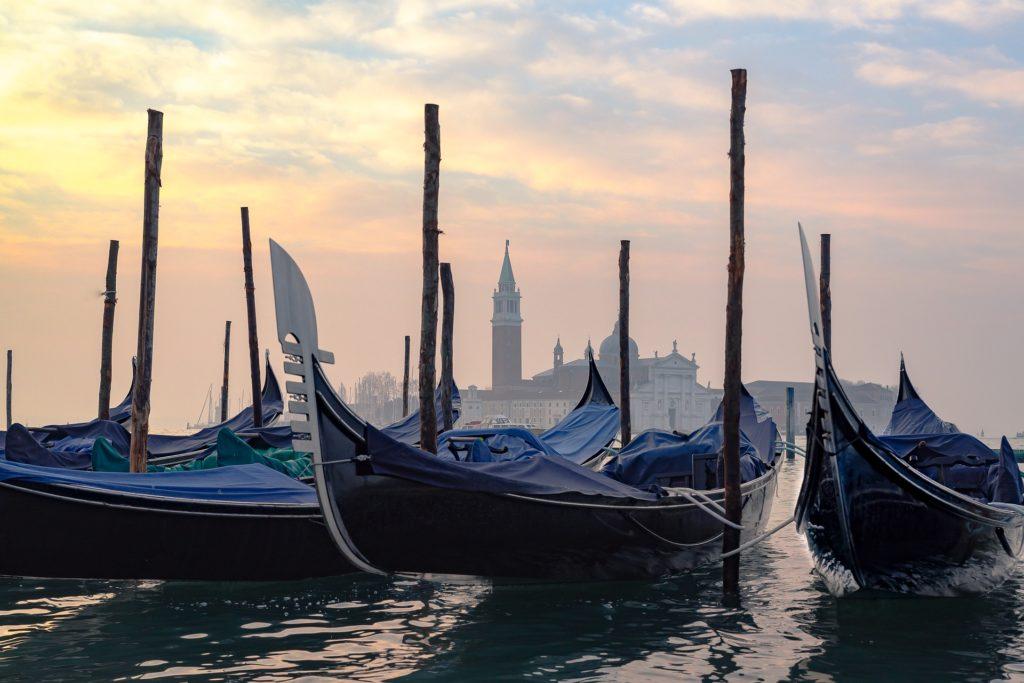 Venice.gondola.fog.sunset.jpg