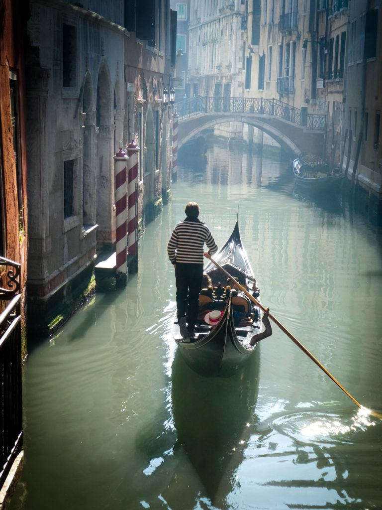canals.venice.gondolier.jpg