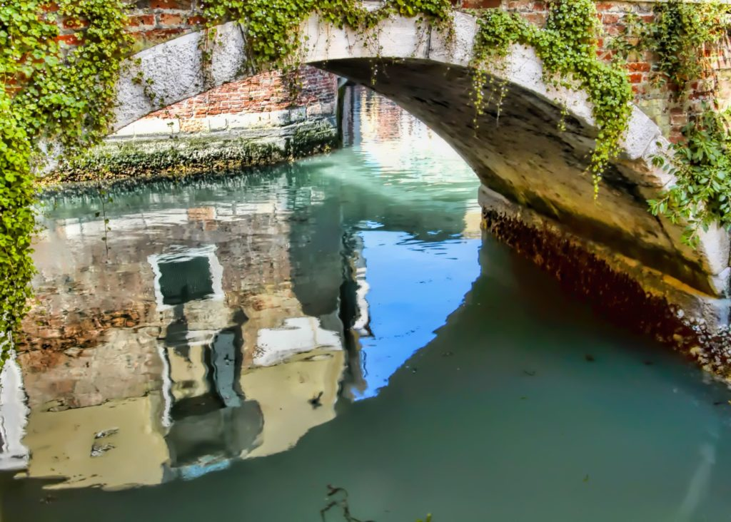 venice.canal.gondola.ride.jpg